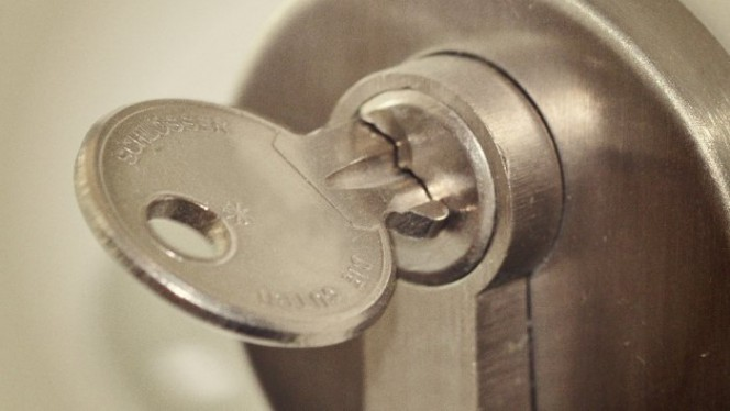 Cylindres Dbrayables  Ouvrir Une Porte Avec Une Cl Derrire